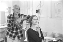 """<div>Claudia Cardinale al trucco con Alberto De Rossi (truccatore)</div> <div><span style=""""font-size: 10pt;"""">Foto di Angelo Frontoni</span></div>"""