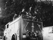 <div>Elio Petri sulla vettura dei vigili del fuoco durante la lavorazione del film</div> <div>Foto di Giovan Battista Poletto</div>